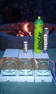 Pamětní plakety s logem pořádajícího týmu čakaly na první tři v každé kategorii v bodovací soutěži kempu.