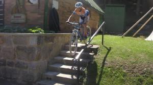 Nejbližší okolí chaty nabídlo velké množství technických překážek, včetně schodů.